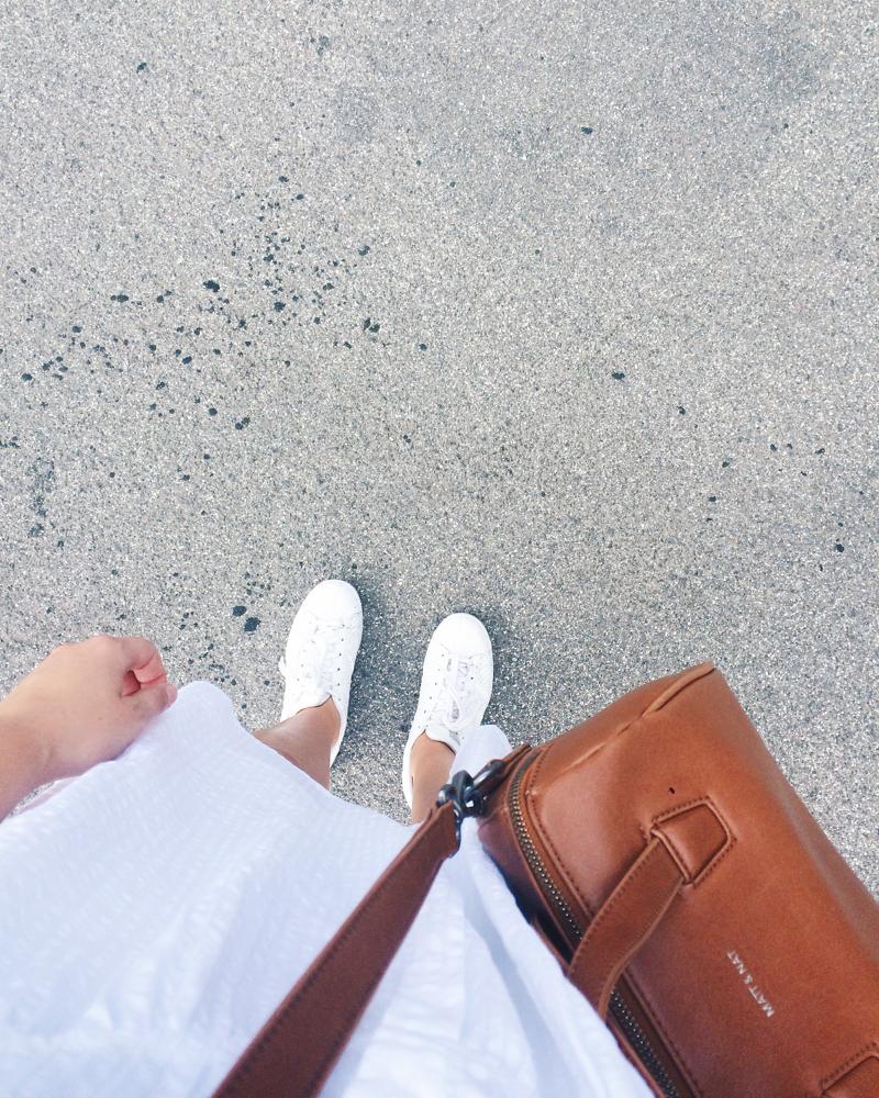 Outfit weißes Kleid weiße Schuhe